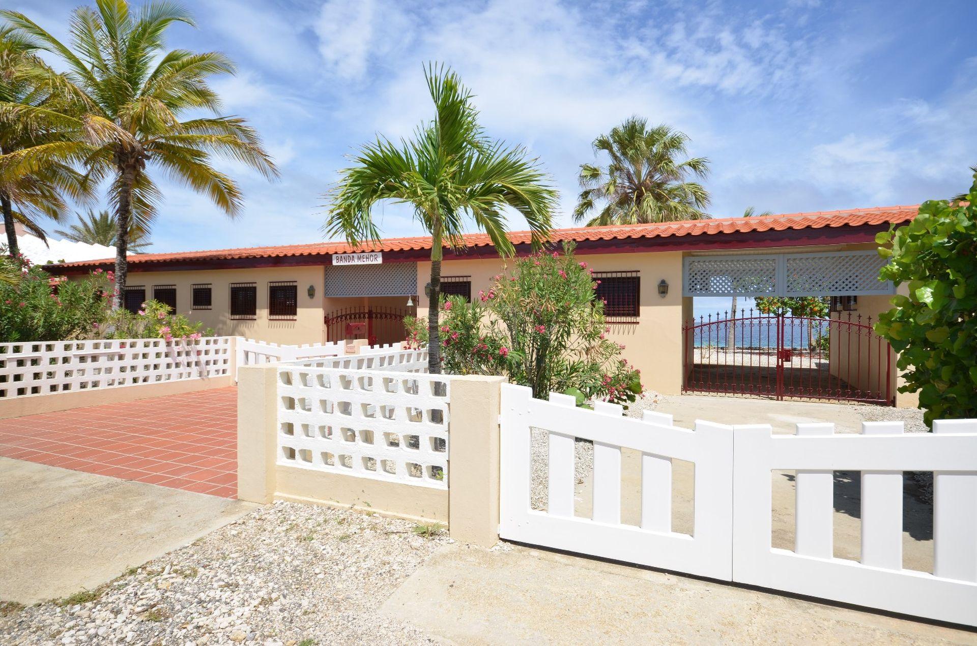 Te koop villa in landhuis stijl direct aan caribische zee op bonaire