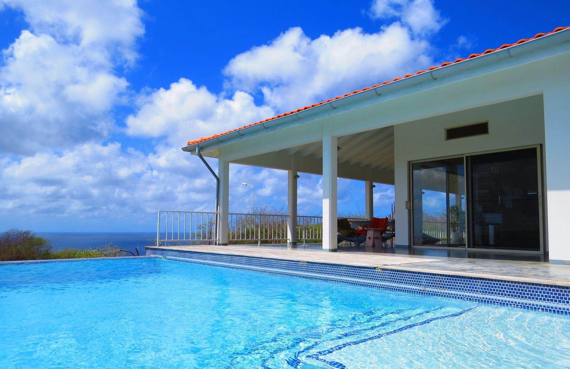 Villa kopen op Bonaire met privé zwembad en gastenverbijf