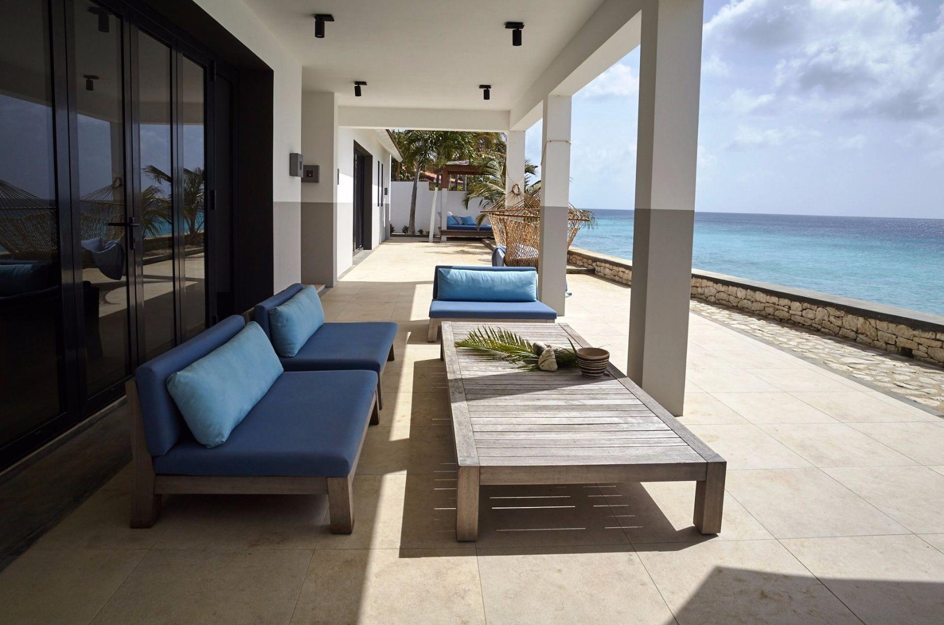EEG Boulevard 72 - Villa te koop aan zee op Bonaire, ontworpen door ...